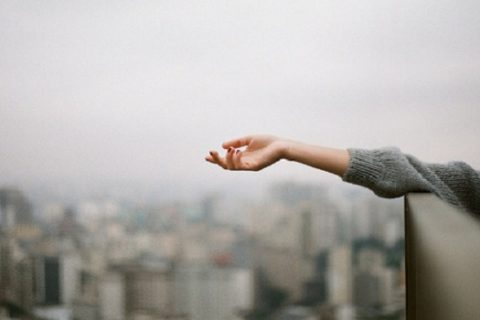 Nếu buông tay là mất tất cả, liệu nắm chặt có giữ được gì không?