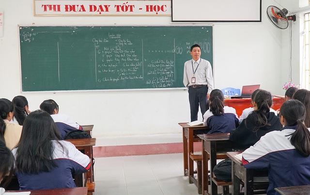 Nghị lực của thầy giáo viết bằng tay trái 25 năm đứng trên bục giảng - Đài  Phát thanh và Truyền hình Thanh Hóa