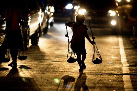 Cuộc sống vất vả của trẻ em đường phố tại Indonesia | VTV.VN
