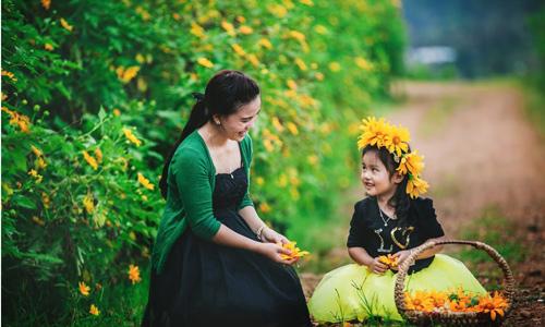 Đẹp ngẩn ngơ ảnh mẹ và con gái trên đồi dã quỳ vàng rực - HOCHOIMOINGAY.com