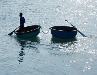 Sóng lớn đánh lật thuyền thúng, một người tử vong | Tin tức mới nhất 24h -  Đọc Báo Lao Động online - Laodong.vn