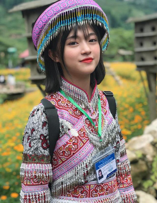 Nữ sinh mặc quần áo người dân tộc Mông gây xôn xao