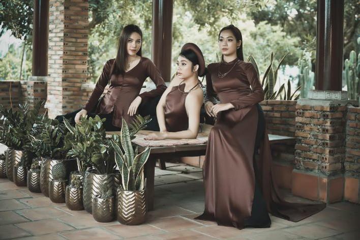 Ba người đẹp hóa gái quê mộc mạc trong trang phục của NTK Việt Hùng