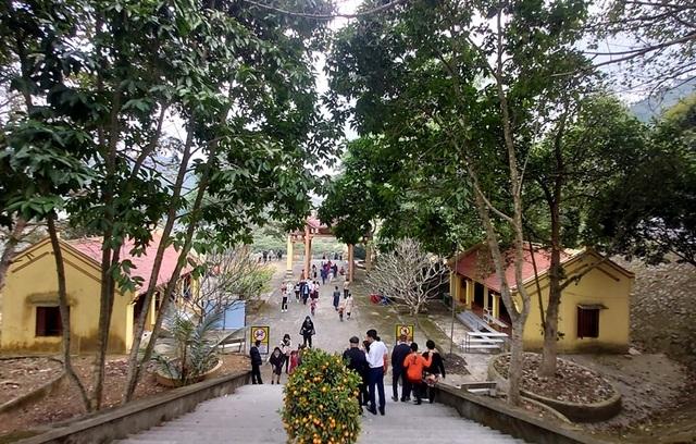 Những hình ảnh khác lạ trong ngày đầu năm mới tại đền chùa - Kênh Tin Việt