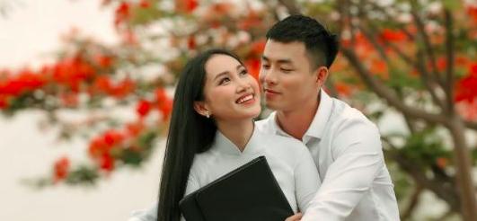 Diện áo dài của NTK Việt Hùng, Đoàn Hồng Trang đẹp tinh khôi trong mùa  Phượng nở – Wonderful Viet Nam
