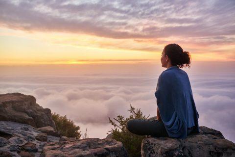 Loạt hình ảnh cô gái cô đơn một mình ngồi suy tư nghĩ ngợi