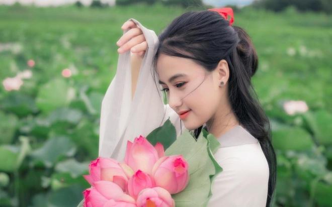Cô gái chụp ảnh bên hồ sen theo phong cách cổ trang - Gương mặt trẻ