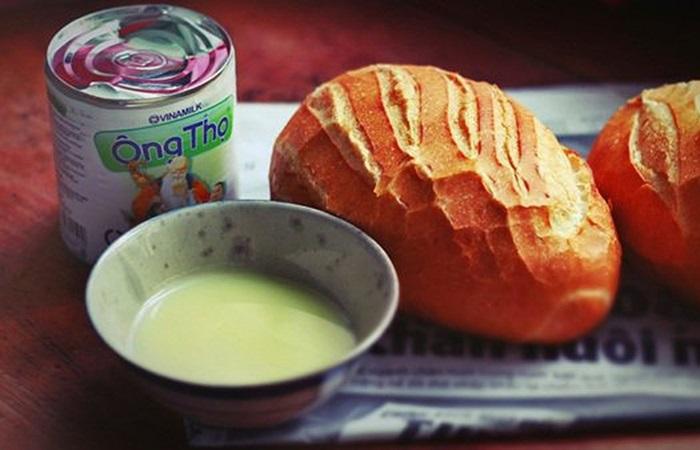 Mê tít món bánh mì chấm sữa đặc mang cả bầu trời ký ức tuổi thơ